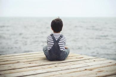 nio pensativo mirando el mar
